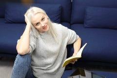 ευτυχής γυναίκα ανάγνωσ&et στοκ φωτογραφίες με δικαίωμα ελεύθερης χρήσης