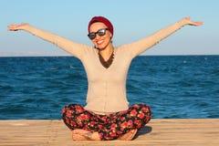 Ευτυχής γυναίκα από την παραλία Στοκ εικόνες με δικαίωμα ελεύθερης χρήσης