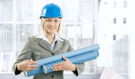 Ευτυχής γυναίκα αρχιτεκτόνων με το σχέδιο εργασίας στοκ εικόνες με δικαίωμα ελεύθερης χρήσης