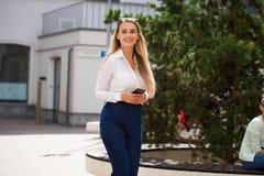 Ευτυχής γυναίκα γραμματέων στοκ φωτογραφία με δικαίωμα ελεύθερης χρήσης