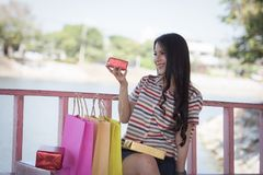 Ευτυχής γυναίκα γυναικείων ψωνίζοντας δώρων Στοκ εικόνα με δικαίωμα ελεύθερης χρήσης