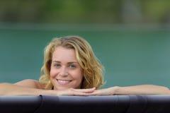 Ευτυχής γυναίκα δίπλα στη λίμνη στοκ φωτογραφίες