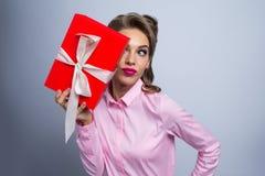 ευτυχής γυναίκα δώρων στοκ εικόνες