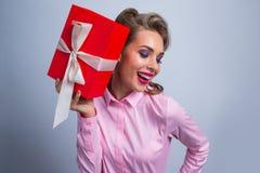 ευτυχής γυναίκα δώρων στοκ εικόνα με δικαίωμα ελεύθερης χρήσης