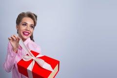 ευτυχής γυναίκα δώρων στοκ εικόνα