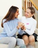 Ευτυχής γυναίκα και ενήλικη κόρη με τη δοκιμή εγκυμοσύνης στοκ φωτογραφίες με δικαίωμα ελεύθερης χρήσης