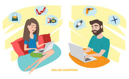 Ευτυχής γυναίκα και ευτυχής άνδρας που κάνουν on-line να ψωνίσει στο σπίτι Στοκ Εικόνες
