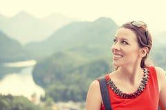 Ευτυχής γυναίκα κινηματογραφήσεων σε πρώτο πλάνο με τις βαυαρικές Άλπεις Γερμανία Στοκ Φωτογραφίες