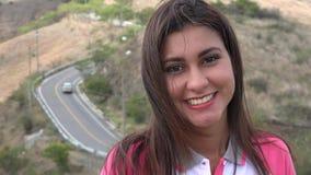 Ευτυχής γυναίκα κοντά στον αγροτικό δρόμο απόθεμα βίντεο