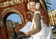 Ευτυχής γυναίκα κοντά Arc de Triomf στη Βαρκελώνη, Ισπανία με το χάρτη Στοκ Εικόνες