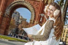 Ευτυχής γυναίκα κοντά Arc de Triomf στη Βαρκελώνη, Ισπανία με το χάρτη Στοκ φωτογραφία με δικαίωμα ελεύθερης χρήσης