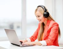 Ευτυχής γυναίκα με τα ακουστικά που ακούει τη μουσική Στοκ Εικόνες