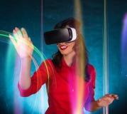 Ευτυχής γυναίκα με τα γυαλιά της εικονικής πραγματικότητας Στοκ φωτογραφίες με δικαίωμα ελεύθερης χρήσης