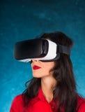 Ευτυχής γυναίκα με τα γυαλιά της εικονικής πραγματικότητας Στοκ Εικόνες