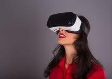 Ευτυχής γυναίκα με τα γυαλιά της εικονικής πραγματικότητας Στοκ εικόνα με δικαίωμα ελεύθερης χρήσης