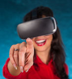 Ευτυχής γυναίκα με τα γυαλιά της εικονικής πραγματικότητας Στοκ εικόνες με δικαίωμα ελεύθερης χρήσης