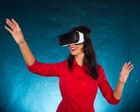 Ευτυχής γυναίκα με τα γυαλιά της εικονικής πραγματικότητας Στοκ Φωτογραφίες
