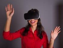 Ευτυχής γυναίκα με τα γυαλιά της εικονικής πραγματικότητας Στοκ Φωτογραφία