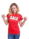 Ευτυχής γυναίκα με τα ξανθά μαλλιά σε ένα πουκάμισο πώλησης στοκ φωτογραφία με δικαίωμα ελεύθερης χρήσης