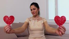Ευτυχής γυναίκα με τις καρδιές κοκκίνων εγγράφων απόθεμα βίντεο