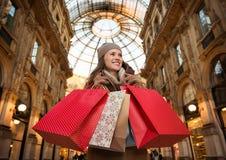 Ευτυχής γυναίκα με τις τσάντες αγορών σε Galleria Vittorio Emanuele ΙΙ Στοκ φωτογραφία με δικαίωμα ελεύθερης χρήσης