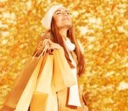 Ευτυχής γυναίκα με τις τσάντες αγορών Στοκ εικόνα με δικαίωμα ελεύθερης χρήσης