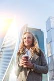 Ευτυχής γυναίκα με τον καφέ την ηλιόλουστη ημέρα φθινοπώρου Στοκ φωτογραφίες με δικαίωμα ελεύθερης χρήσης