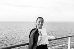 Ευτυχής γυναίκα με το επιχειρησιακό σακάκι στο κατάστρωμα στο Μαϊάμι, ΗΠΑ Ταξίδι για την επιχείρηση Αισθησιακό χαμόγελο γυναικών  Στοκ εικόνα με δικαίωμα ελεύθερης χρήσης