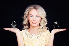 Ευτυχής γυναίκα με το κέικ υγείας και Apple Στοκ Εικόνες
