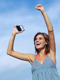 Ευτυχής γυναίκα με το κινητό τηλέφωνο Στοκ εικόνες με δικαίωμα ελεύθερης χρήσης