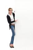 Ευτυχής γυναίκα με το μεγάλο έμβλημα Στοκ φωτογραφία με δικαίωμα ελεύθερης χρήσης