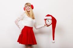 Ευτυχής γυναίκα με το ξυπνητήρι στενός κόκκινος χρόνος Χριστουγέννων ανασκόπησης επάνω Στοκ φωτογραφία με δικαίωμα ελεύθερης χρήσης