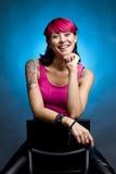 Ευτυχής γυναίκα με το ρόδινο τρίχωμα Στοκ φωτογραφία με δικαίωμα ελεύθερης χρήσης