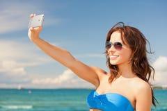 Ευτυχής γυναίκα με το τηλέφωνο στην παραλία στοκ φωτογραφία με δικαίωμα ελεύθερης χρήσης