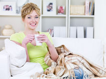 Ευτυχής γυναίκα με το φλυτζάνι στο σπίτι Στοκ εικόνα με δικαίωμα ελεύθερης χρήσης