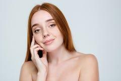 Ευτυχής γυναίκα με το φρέσκο δέρμα που εξετάζει τη κάμερα στοκ φωτογραφίες