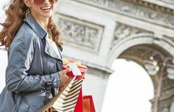Ευτυχής γυναίκα με το χριστουγεννιάτικο δώρο κοντά Arc de Triomphe στο Παρίσι Στοκ Εικόνα