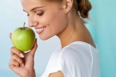 Ευτυχής γυναίκα με το όμορφο χαμόγελο, υγιής εκμετάλλευση Apple δοντιών Στοκ φωτογραφίες με δικαίωμα ελεύθερης χρήσης