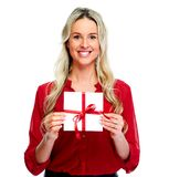 Ευτυχής γυναίκα με το δώρο φακέλων Στοκ Εικόνες