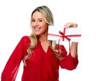 Ευτυχής γυναίκα με το δώρο φακέλων Στοκ εικόνες με δικαίωμα ελεύθερης χρήσης