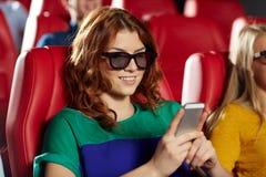 Ευτυχής γυναίκα με το smartphone στην τρισδιάστατη κινηματογραφική αίθουσα Στοκ εικόνα με δικαίωμα ελεύθερης χρήσης