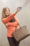 Ευτυχής γυναίκα μόδας στο πάρκο που παίρνει selfie τη φωτογραφία Στοκ Φωτογραφίες