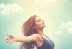 Ευτυχής γυναίκα πέρα από τον ουρανό και τον ήλιο Στοκ εικόνες με δικαίωμα ελεύθερης χρήσης