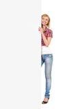 Ευτυχής γυναίκα πίσω από ένα άσπρο έμβλημα Στοκ φωτογραφίες με δικαίωμα ελεύθερης χρήσης