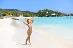 Ευτυχής γυναίκα παραλιών στο μπικίνι ευχάριστα στην παραλία Αντίγκουα στοκ φωτογραφία με δικαίωμα ελεύθερης χρήσης