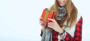 Ευτυχής γυναίκα πορτρέτου με το κιβώτιο δώρων στα χέρια Στοκ Φωτογραφία