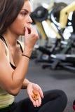 Ευτυχής γυναίκα που έχει ένα κενό από την άσκηση στη λέσχη υγείας Στοκ Φωτογραφίες