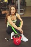 Ευτυχής γυναίκα που έχει ένα κενό από την άσκηση στη λέσχη υγείας Στοκ εικόνες με δικαίωμα ελεύθερης χρήσης