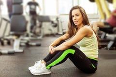 Ευτυχής γυναίκα που έχει ένα κενό από την άσκηση στη λέσχη υγείας Στοκ φωτογραφία με δικαίωμα ελεύθερης χρήσης