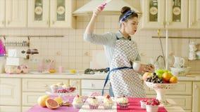Ευτυχής γυναίκα που έχει τη διασκέδαση απασχομένος στη ζύμη απόθεμα βίντεο